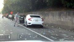 Video xe - Cơn mưa tiền bất ngờ, tài xế thi nhau nhặt, không ngờ quả đắng