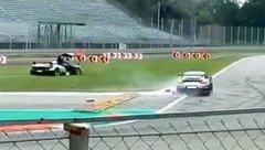 Video xe - Xót xa khi siêu xe Porsche 911 GT2 RS tông đuôi Pagani Huayra BC