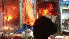Mới- nóng - Clip: Lửa cháy dữ dội, thiêu rụi nhiều gian hàng ở chợ Sóc Sơn, Hà Nội