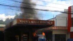 Tin nhanh - Cây xăng bốc cháy ngùn ngụt, cả khu phố náo loạn