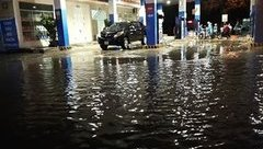 Tin nhanh - Nghệ An: Mưa lớn 'áp đảo', nhiều tuyến đường TP.Vinh thất thủ