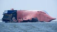 Sau vô lăng - Tàu chở hàng ngàn chiếc ô tô bị lật úp ngoài khơi bờ biển Mỹ