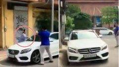 Sau vô lăng - [VIDEO] Cụ bà đập nát xe Mercedes đỗ trước cửa nhà ở Sài Gòn