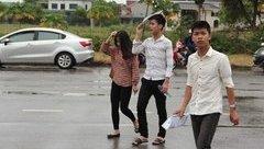 Giáo dục - Hàng nghìn thí sinh Nghệ An đội mưa đến tham gia kỳ thi THPT Quốc gia