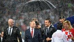 Tiêu điểm - TT Putin bị 'mất điểm' khi một mình một ô giữa trời mưa