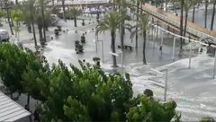 Mới- nóng - Clip: Sóng thần mini ập vào bãi biển, gây ngập lụt nghiêm trọng