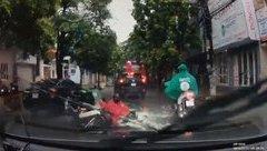 Video - Clip: Xe máy chở hàng va chạm với ô tô đỗ sai chiều