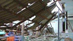 Tin nhanh - Bình Thuận: Lốc xoáy, 63 nhà dân bị tốc mái, sập tường