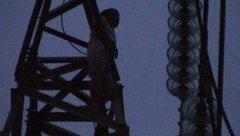 An ninh - Hình sự - Người đàn ông leo lên trụ điện cao thế… múa mặc cảnh sát khuyên can