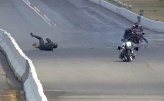Video xe - Tài xế tông vào dải phân cách, Harley-Davidson vẫn phóng như bay