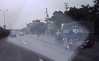 Mới- nóng - Tránh ô tô đi ngược chiều, 2 người đàn ông bị xe máy cán qua người