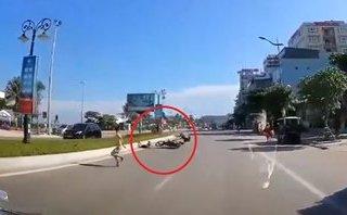 Xa lộ - Clip: Chạy qua đường đột ngột, bé trai bị xe máy tông trúng