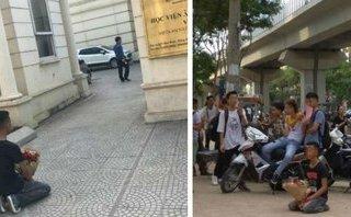Cộng đồng mạng - Nam thanh niên quỳ gối trước cổng học viện Âm nhạc Quốc gia Việt Nam gây xôn xao