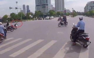 Sau vô lăng - Nữ 'Ninja' Lead phóng xe vượt đèn đỏ bị tông ngã sõng soài
