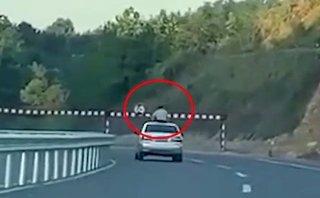 Video xe - Tai nạn hy hữu: Đập đầu vào gác chắn khi đứng qua cửa sổ trời ô tô