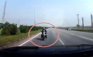 Sau vô lăng - VIDEO: Xe máy chạy ngược chiều đâm trực diện ô tô trên cao tốc Bắc Giang