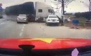 Video xe - Xe container 'trèo' dải phân cách, đâm nát taxi ở Quảng Ninh