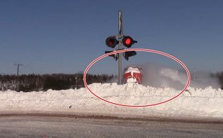 Video xe - [VIDEO] Ngoạn mục cảnh tàu hỏa 'xé' tuyết khi vào nhà ga