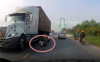Video xe - Thần chết ngủ quên bên bánh xe container ở Nam Định