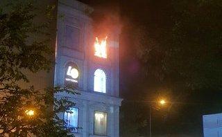 Tin nhanh - TP.HCM: Trung tâm thương mại bốc cháy, nhân viên, khách hàng tháo chạy trong đêm