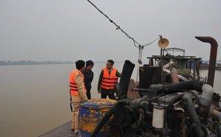 """Điểm nóng - Hà Nội: Bắt quả tang 4 tàu """"ăn cát"""" trái phép trên sông Hồng"""