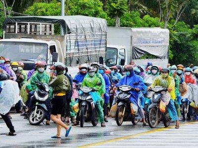 Trạm tiếp sức những đoàn người hồi hương tự phát bằng xe máy