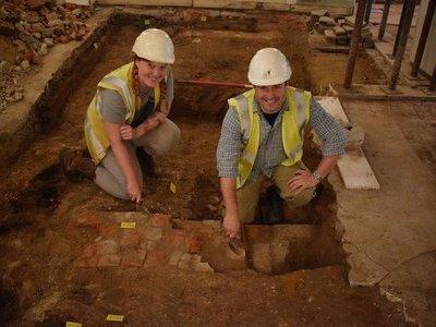 Đâm sập tường để trộm ATM không ngờ làm phát lộ kho báu 500 năm tuổi