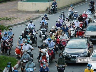 Nhiều tuyến phố Hà Nội đông đúc trở lại