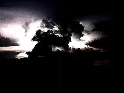 Sấm sét bùng nổ điên cuồng trong đám mây hình nấm khổng lồ như ngày tận thế