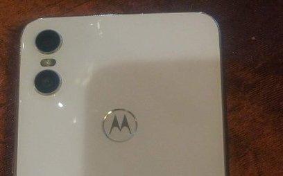 Sản phẩm - 'Bản sao' iPhone X của Motorola lộ diện sức mạnh