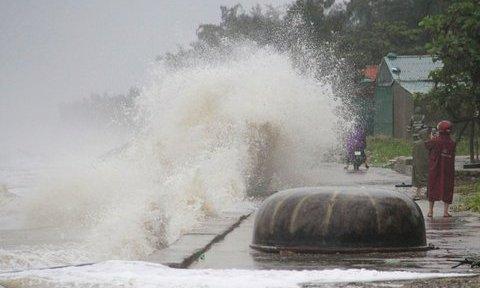 Clip: Sóng dữ cao hơn 3m dồn dập đánh vào bờ biển Cửa Lò