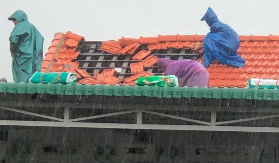 Huế: Hàng chục ngôi nhà bị tốc mái dù bão số 5 chưa đổ bộ